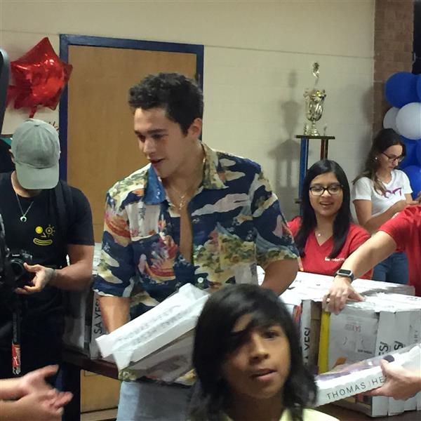 Celebrity singer surprises students with school supplies